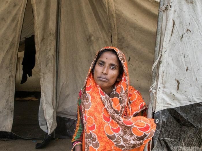 Женщина у палатки