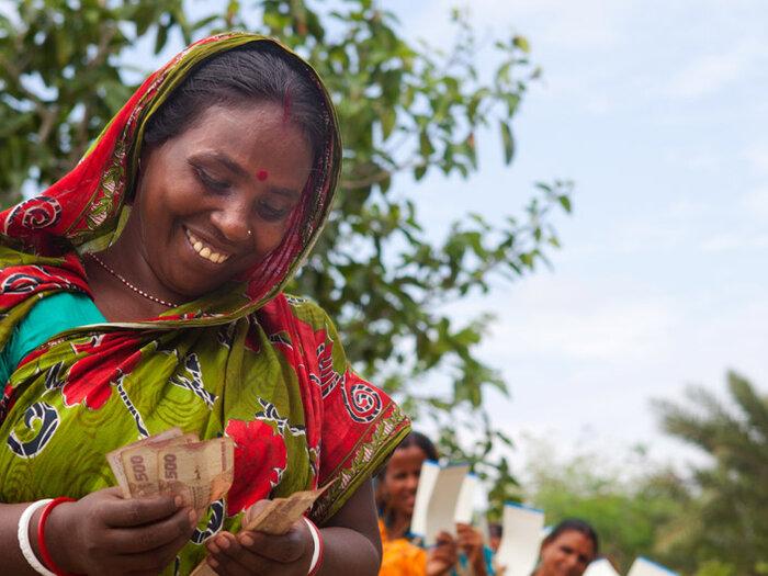 женщина, считающая деньги
