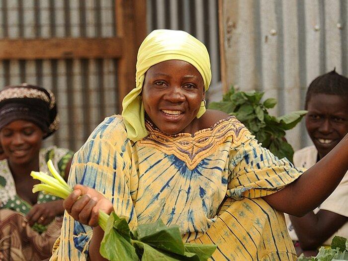 женщина, продающая овощи