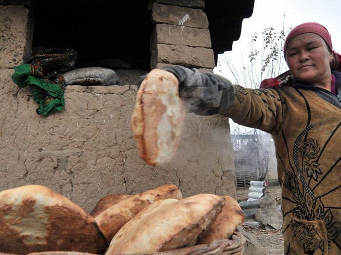 женщина печет хлеб