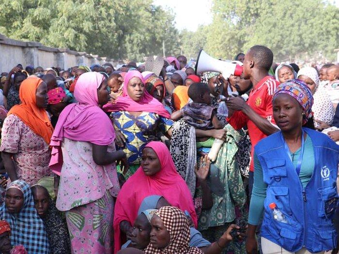 люди в пункте раздачи продовольствия ВПП ООН